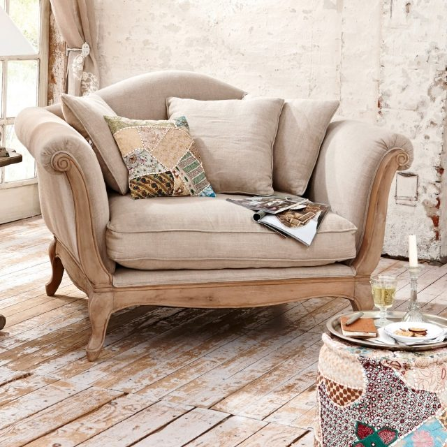 25-idées-mobilier-style-vintage-fauteuil-bois-rembourré-coussins